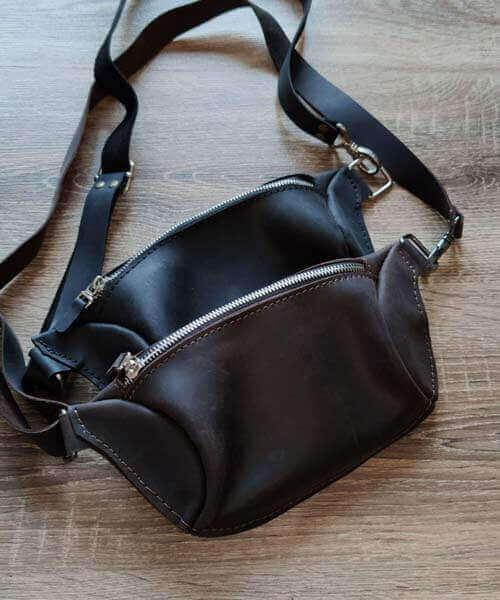 Світло коричнева сумка бананка з нанесенням індивідуального гравірування та регульваним ремінцем4