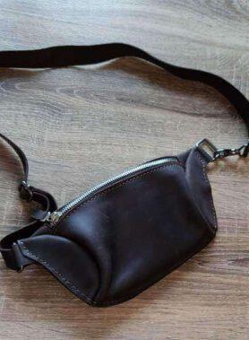 Темно коричнева шкіряна сумка бананка з індивідуальним гравіруванням та регульованим ремінцем