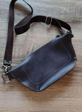 Темно коричнева шкіряна сумка бананка з індивідуальним гравіруванням та регульованим ремінцем2
