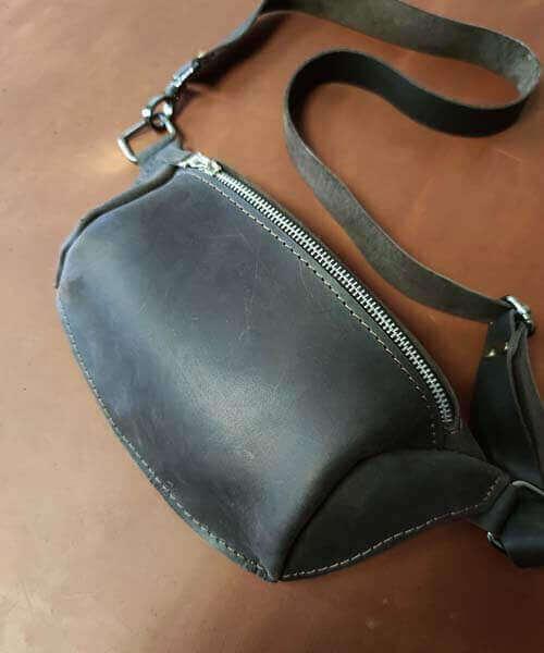 Темно коричнева шкіряна сумка бананка з індивідуальним гравіруванням та регульованим ремінцем3