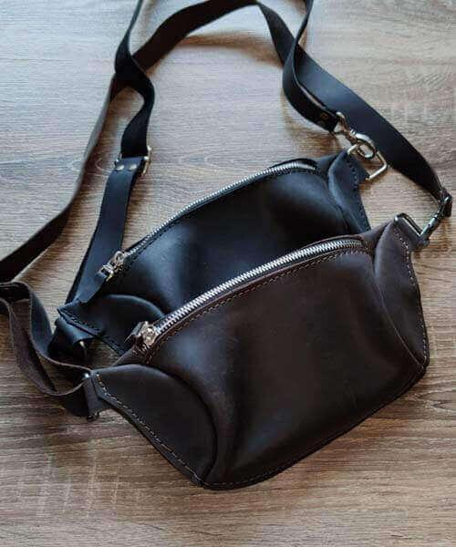 Темно коричнева шкіряна сумка бананка з індивідуальним гравіруванням та регульованим ремінцем4